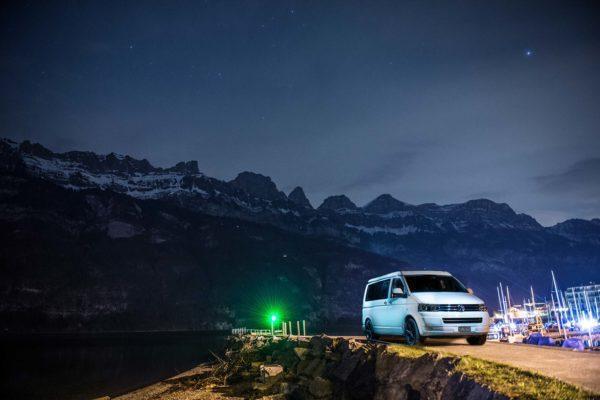 VW Camper am Walensee, Sternenhimmel, Churfirsten