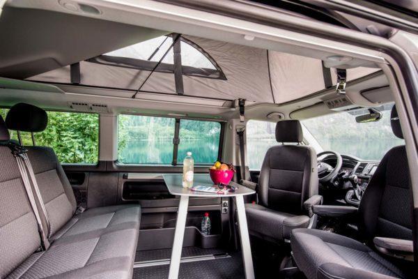 Camper mieten Schweiz, VW T6 California Beach, Wohnraum, Kloentalersee, Sitzgelegenheiten, Dach offen