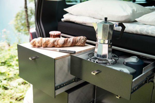 Camper mieten Schweiz, VW T6 California, Kuechenzeile, Fruehstueck, Kaffeekocher, See