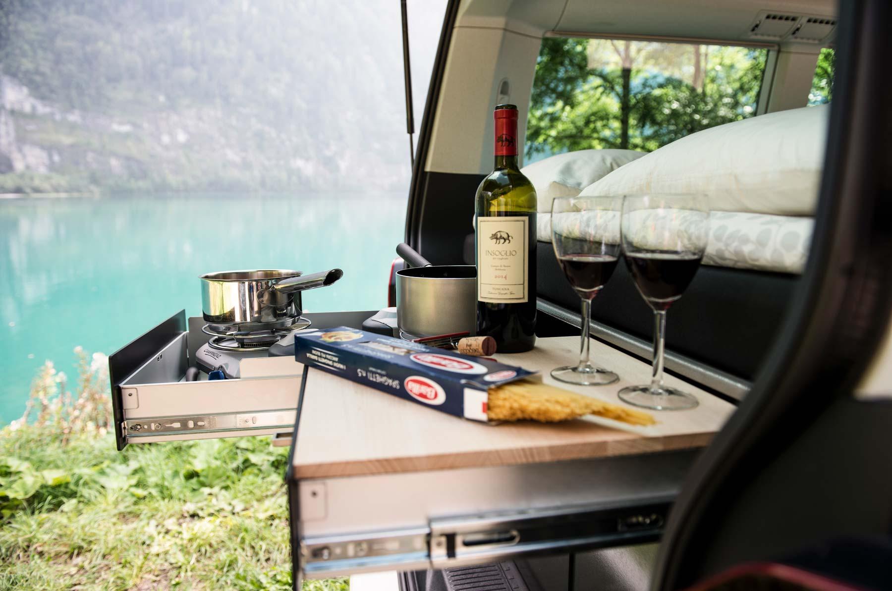 Camper mieten Schweiz, VW Bus, Kuechenzeile, kochen, See, Camping feeling
