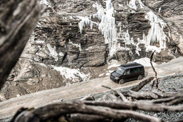 Camper mieten Schweiz, VW T6 California Ocean, Schotterstrasse, Eiszapfen, Gebirge