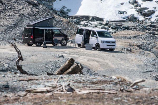 VW Busse mieten Schweiz, Rastplatz im Gebirge, VW T6 California