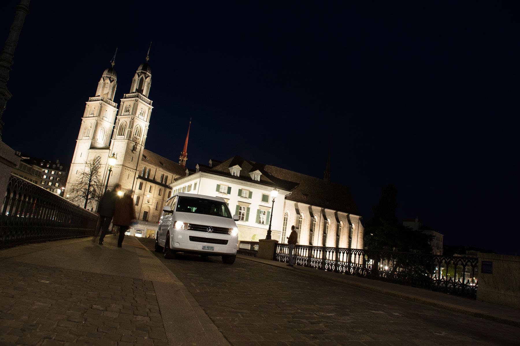 VW Camper Miete Schweiz, Zuerich, Nacht, Grossmuenster