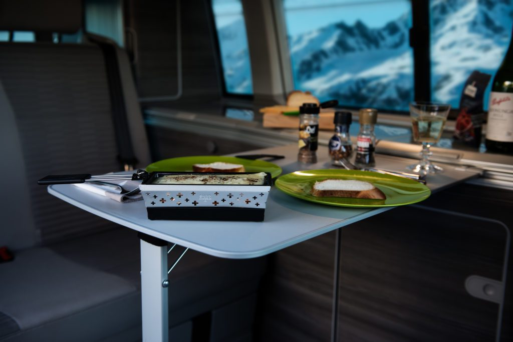 Winter Camping, VW Camper mieten zwischen Zürich und St. Gallen sowie nahe Basel, Innenraum VW Camper, Raclette