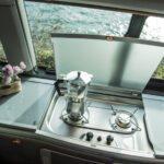 grosszügige-Küchenzeile-im-VW-California-T6.1